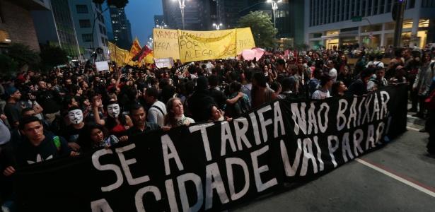 11jun2013---manifestantes-tomam-a-avenida-paulista-na-altura-da-praca-do-ciclista-durante-protesto-pela-reducao-das-tarifas-do-transporte-publico-em-sao-paulo-1370985534167_615x300